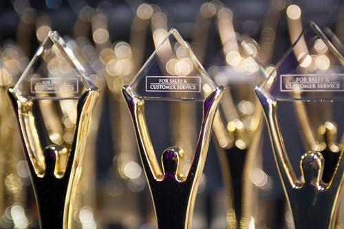 Die wunderschönen Stevie Awards Trophäen