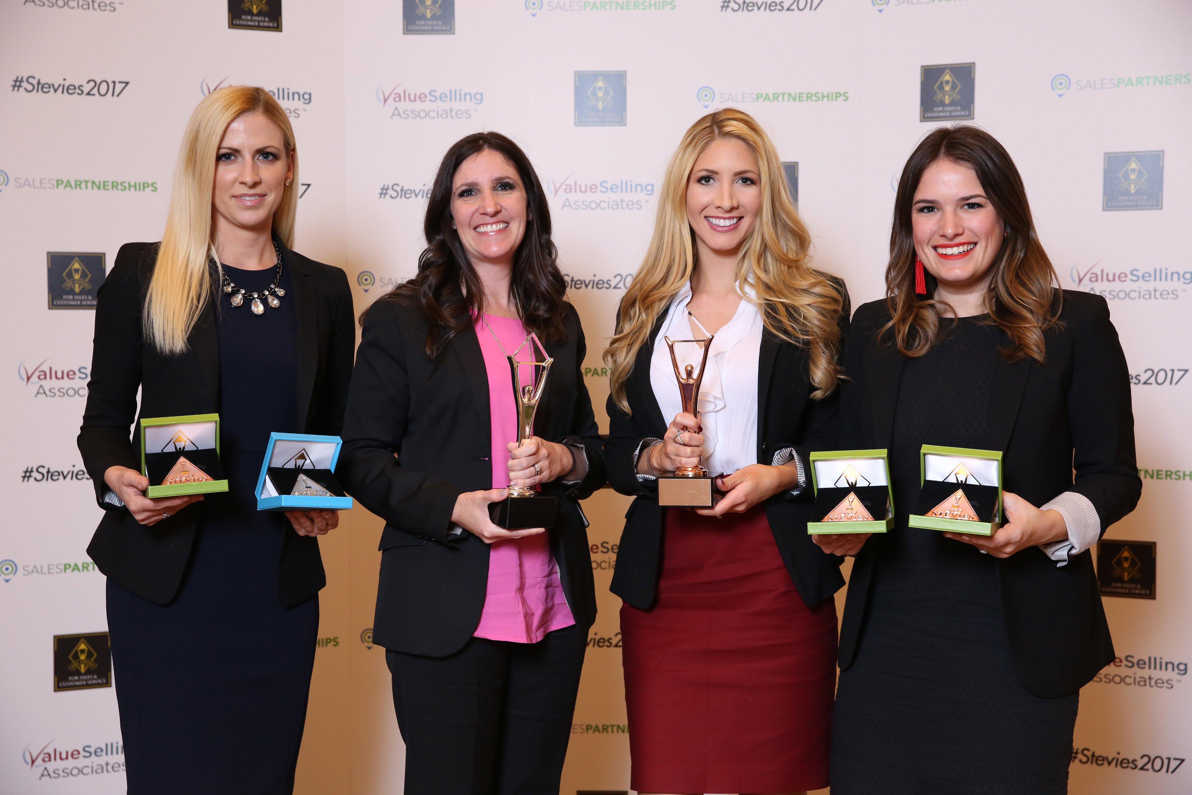 Stolze Gewinnerinnen der Stevie Awards for Sales and Customer Service 2017